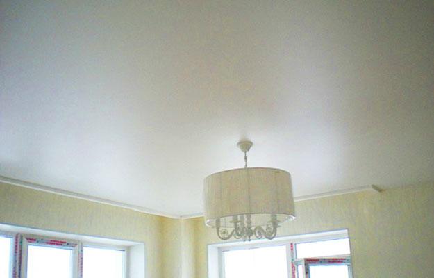 Особенности-сатинового-натяжного-потолка2