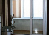 Раздвижные стеклянные двери на балкон: как увеличить пространство